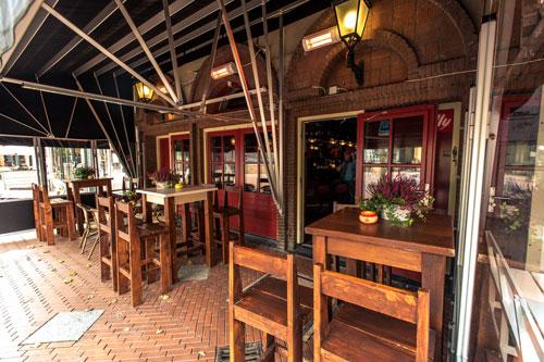 Bij Café Stacey's op het terras