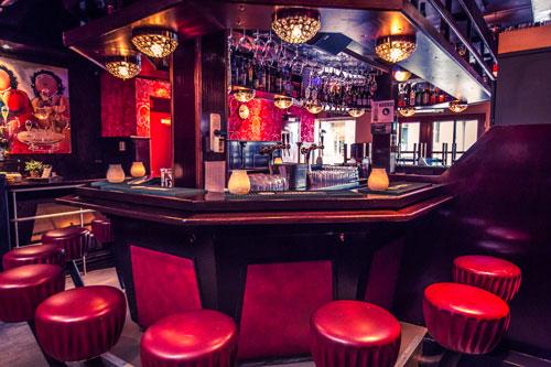 Bij Café Stacey's aan de bar